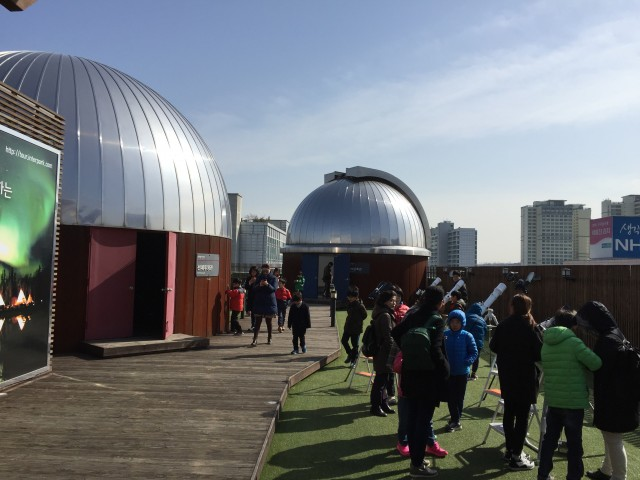 서울 용산구 과학동아천문대에서 부분일식을 관착하는 모습. - 과학동아천문대 제공